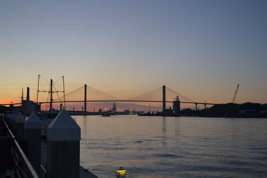 Savannah, Georgien: Riverfront at sunset.