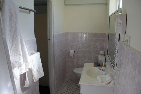 Luhana Motel & Horse Stables: The Bathroom