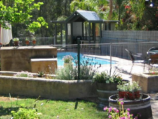 Olive Grove Cottages: Enjoy the Pool and Garden