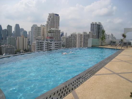 Rooftop swimming pool picture of shama sukhumvit bangkok for Swimming pool show barcelona
