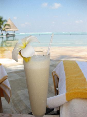 Four Seasons Resort Maldives at Kuda Huraa: Cocktails by the pool