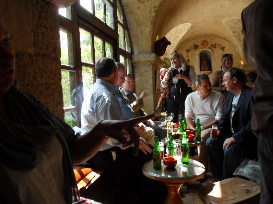 La Colombe d'Or : Cozy bar where you can artist spot