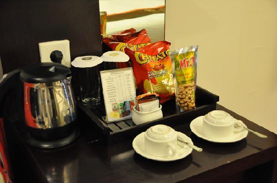 Best Western Resort Kuta: coffee and tea above mini bar