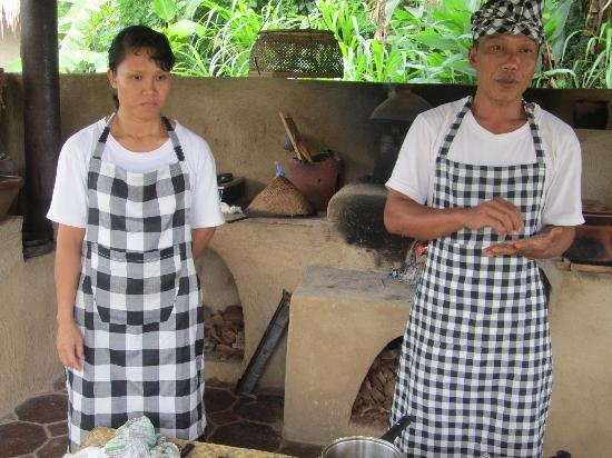 Surya Shanti Villa: Chef Bagus and assistant in purpose built Balinese Kitchen - for cooking class