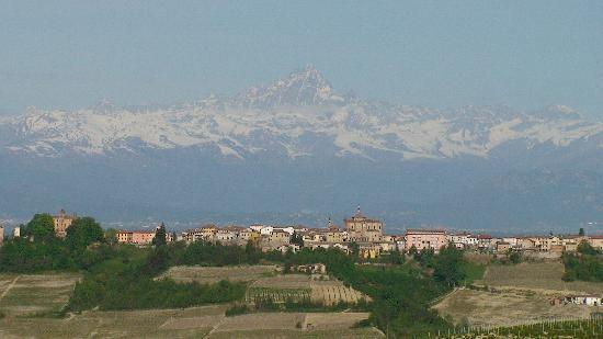 Monforte d'Alba, İtalya: View from the balcony of the apartment