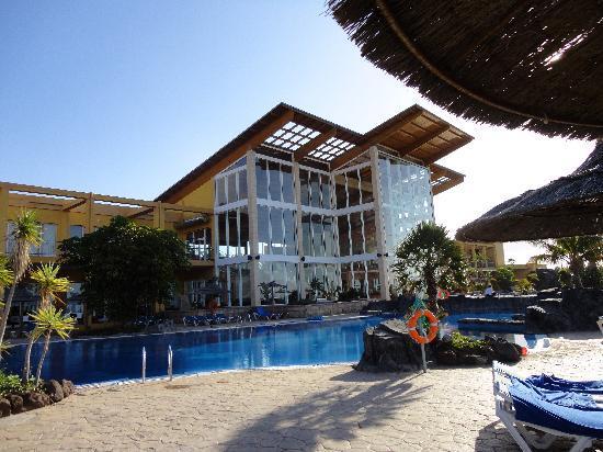 Ambar Beach Resort & Spa: ホテル レセプションとレストランの建物