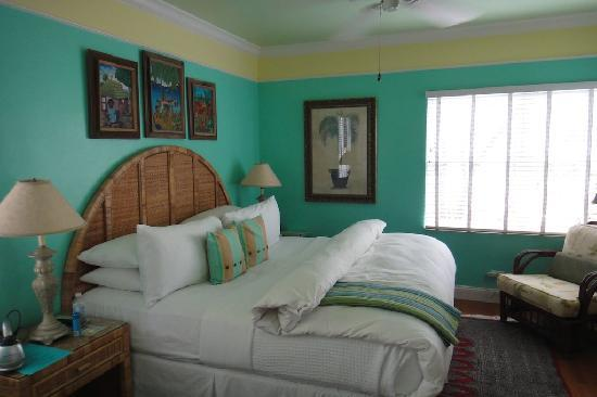 Pineapple Point Guest House and Resort: Clean spacious living area in one-bedroom suite