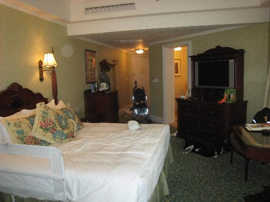 Hong Kong Disneyland Hotel : another pic of the room