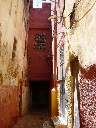 Riad La maison d'a cote: La ruelle avant d'arrivée sur le riad