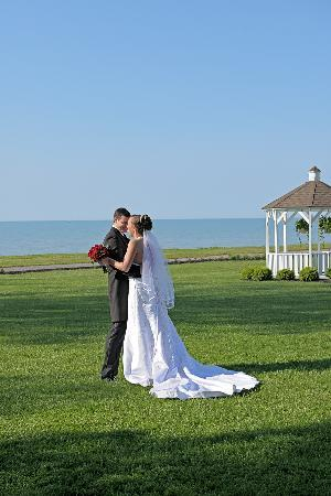 Horizons Restaurant & Lounge : View weddings at the lakefront gazebo from the restaurant