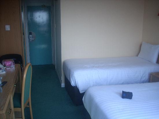 Ibis London Earls Court: questa è la camera, inquadro l'entrata della stanza, e mi trovo con le finestre alle spalle