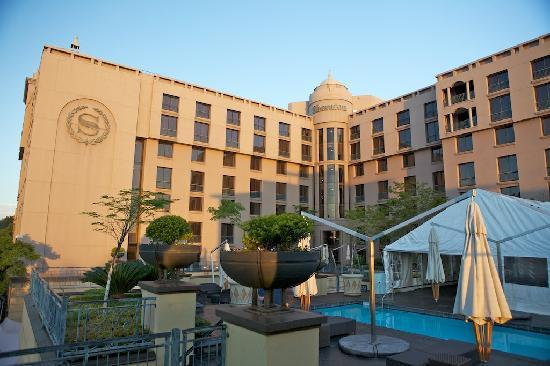 Sheraton Pretoria Hotel: From the swimming pool area.