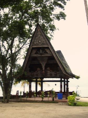 Samosir, Indonesia: Covered area to relax by the lake