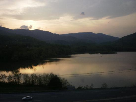 Hampton Inn Caryville - I-75 / Cove Lake State Park : Sunset view out hotel window