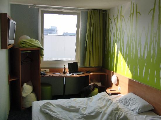 B&B Hotel Köln-Airport: Ein Zimmer vom Eingang aus gesehen
