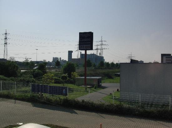 B&B Hotel Koeln-Airport: Blick aus dem Fenster direkt auf die Leuchtreklame