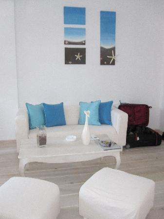 Thermes Luxury Villas: Beautiful stark colours - spacious lounge room