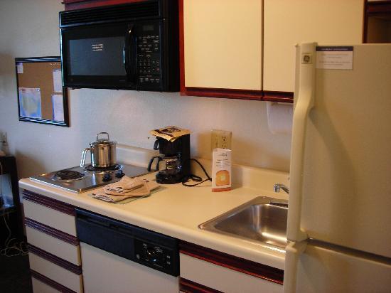 Candlewood Suites Washington, Dulles Herndon : Decent-sized kitchen.