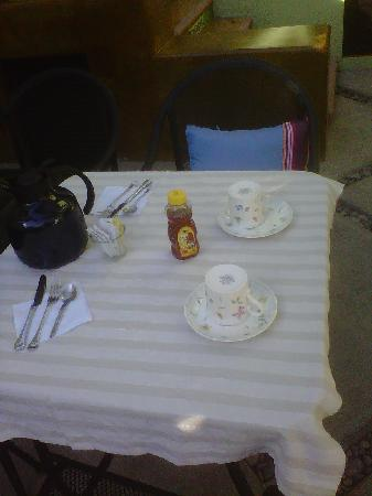 Casa Verde Inn : The pre-breakfast table, sorry I don´t have one with all the goodies, I ate them all. Sooo good!