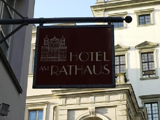 Hotel Am Rathaus : ホテルの看板