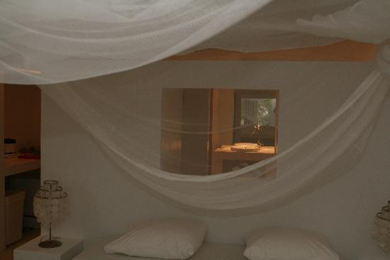 Sorobon Beach & Wellness Resort: Bed in cabin