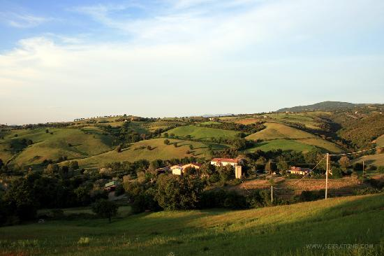 Agriturismo Serratone: L'agriturismo dall'alto