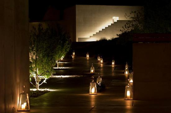 Amangiri : Path to villas lit by candles