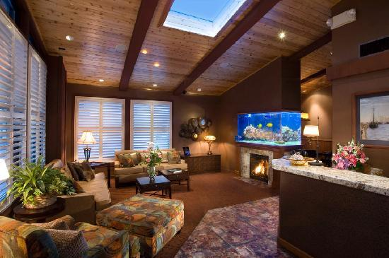 Best Western Plus Humboldt Bay Inn: Beautiful lobby with salt water living reef aquarium