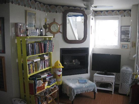 Atlantic Breeze: Shared Sitting Room and Gas Fireplace With Light Local Reads