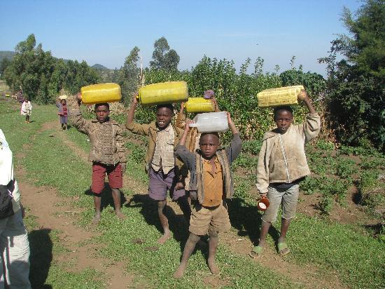 Mount Gahinga Lodge: Children carrying water