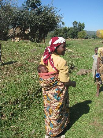 Mount Gahinga Lodge: Women shows us how to wrap a baby