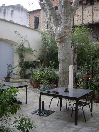 La Maison sur la Sorgue - Esprit de France: Courtyard