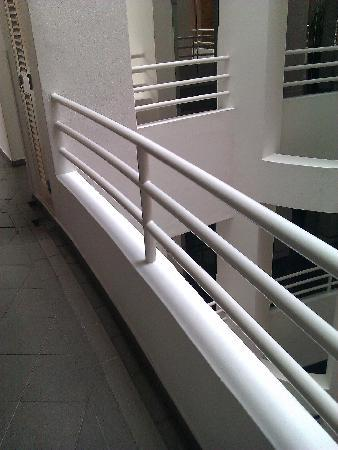 Winsland Serviced Suites by Lanson Place: The railing design in the communal area