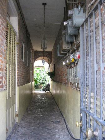 Bourgoyne Guest House: Hallway leading from street entrance to courtyard