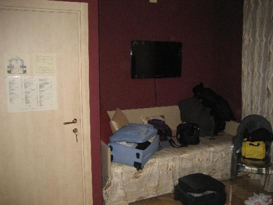 Residenza San Faustino: Televisore e piccolo divano