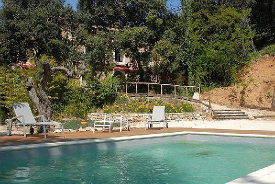Hotel Le Belvedere : Vue de l'hôtel depuis les bords de la piscine.