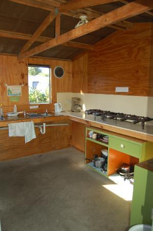 Farewell Gardens Motor Camp and Holiday Accommodation: Kitchen - basic but adequate