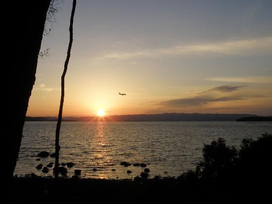 Omura, Japonia: 玖島崎から大村湾に沈む夕陽