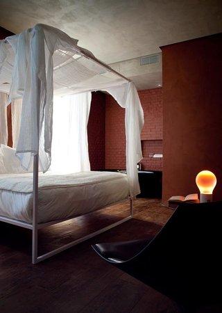 Palazzo Segreti: La junior suite che seduce. Pavimento antico in teak, la vasca in camera, i colori della terra,