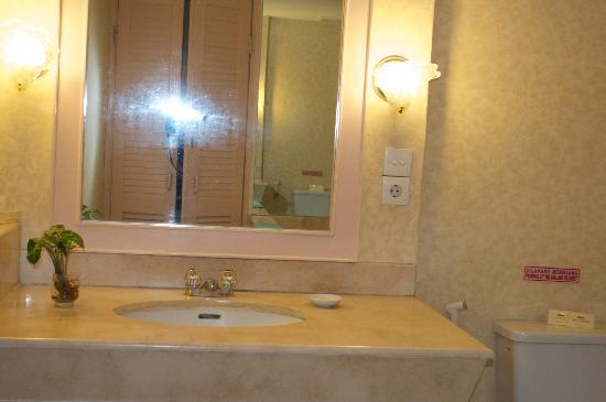 Grand Mutiara Hotel Berastagi: Bathroom