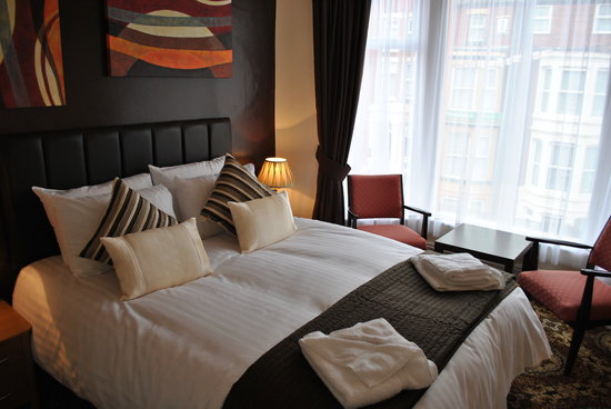 Alumhurst Hotel: Room 14, one of our best rooms and now the BEST.  A King size double bed with luxury toiletries