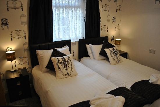 Alumhurst Hotel : Another new Premier Room, smoking permitted, decorated in beautifil mono, with either twin beds