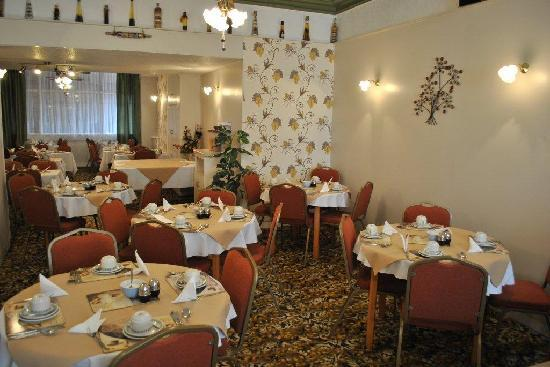 Alumhurst Hotel: This is our beautifully decorated Dining Room where you can enjoy a leisurely breakfast every mo