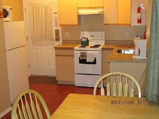 Sandy Beach Motel: Kitchen suite