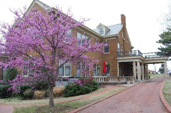 Kennedy Mansion: View of Spring from the driveway