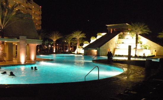 Cancun Resort: Night swim!