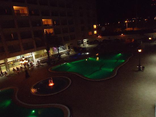 Kn Columbus Aparthotel: pool area at night