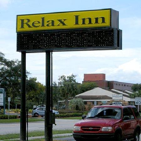 Relax Inn Lakeland: Sign