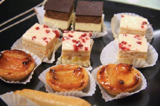 Taste Restaurant: canapes and cakes