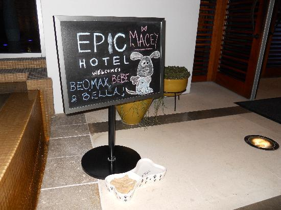 Kimpton EPIC Hotel: The sign that welcomed our dog!